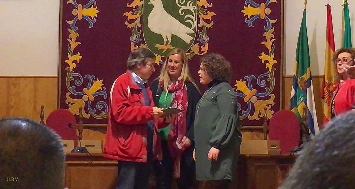 El Ayuntamiento de Palomares entrega una placa honorífica a ADTA, en el día de Andalucía.