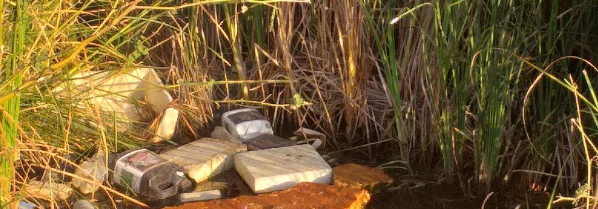 Cuatro asociaciones denuncian vertido de residuos en el cauce del río Guadaíra